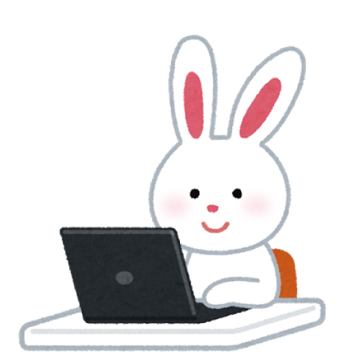 パソコンの前でニッコリするウサギ