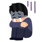 膝を抱えて涙を流すWebライター